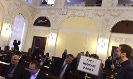 Pro odsun hlasovalo 53 zastupitelů, jeden byl proti a tři zastupitelé se zdrželi.
