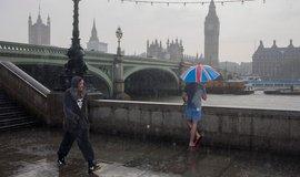 Londýn během prudkého letního lijáku (ilustrační foto)
