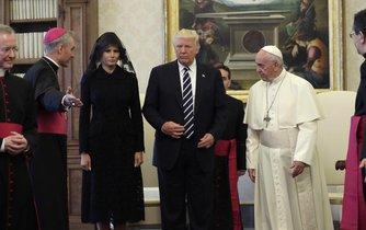 Papež František přijal Donalda Trumpa.Manželka Melania se v souladu s letitou vatikánskou tradicí dostavila v černém a s rouškou zakrývající vlasy.