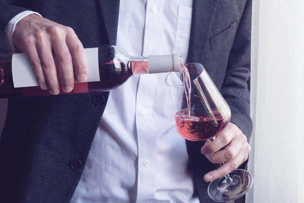 Pití vína - ilustrační foto