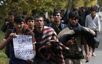 Uprchlíci pochodují k srbské hranici s Maďarskem poblíž Bělehradu