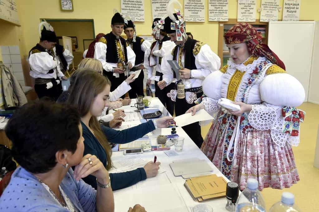 Členové Březolupské chasy odevzdali svůj hlas v obci Březolupy na Uherskohradišťsku, kde se právě konají tradiční slovácké hody.