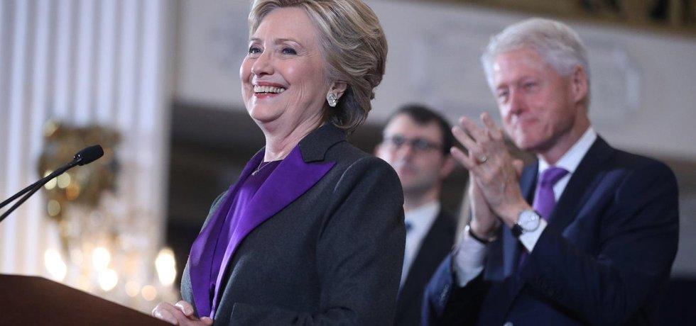 Hillary Clintonová pronáší řeč po prohraných prezidentských volbách. Tleská jí manžel a bývalý prezident USA Bill Clinton