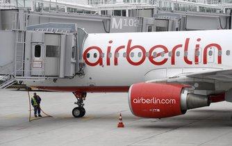 Letadlo zkrachovalé společnosti Air Berlin u odbavovacího terminálu