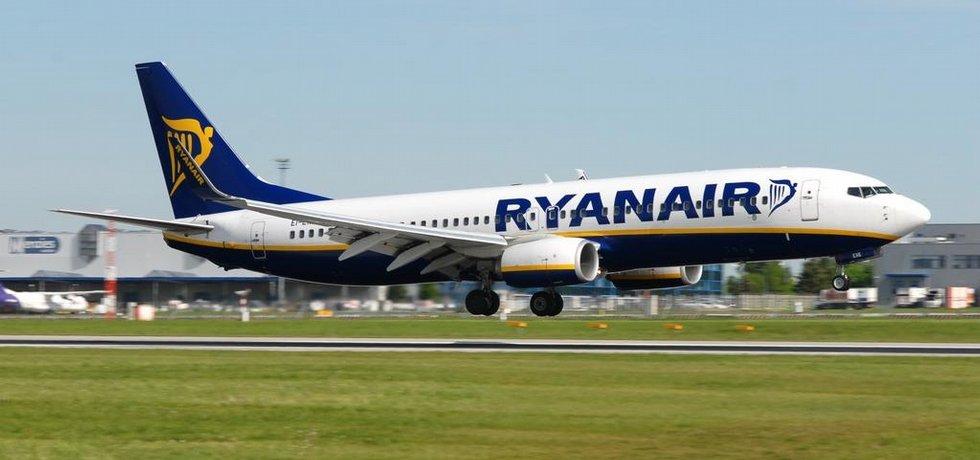 Letadlo společnosti Ryanair přistává na pražském letišti