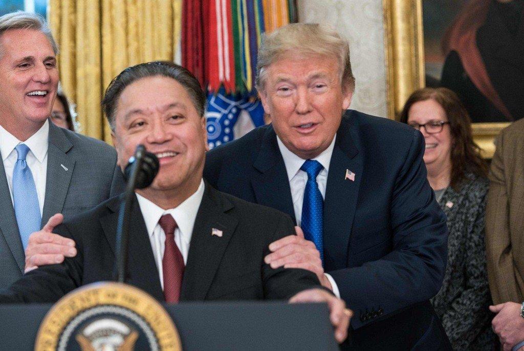 5. Hock Tan (Broadcom; 103,2 milionu dolarů) Tan vystřídal během své kariéry už jedenáct vedoucích pozic. Nyní stojí v čele technologické společnosti Broadcom. V roce 2017 si vydělal téměř sto milionů dolarů na akciích firmy.