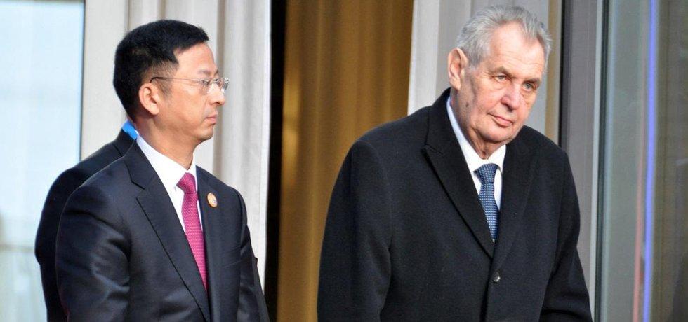 Český prezident Miloš Zeman (vpravo) na české ambasádě v Pekingu