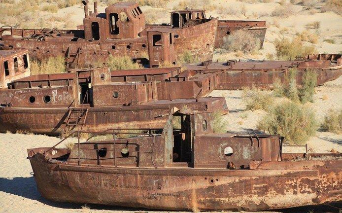 Opuštěné a reznoucí lodě na místě, kde dříve bylo Aralské jezero