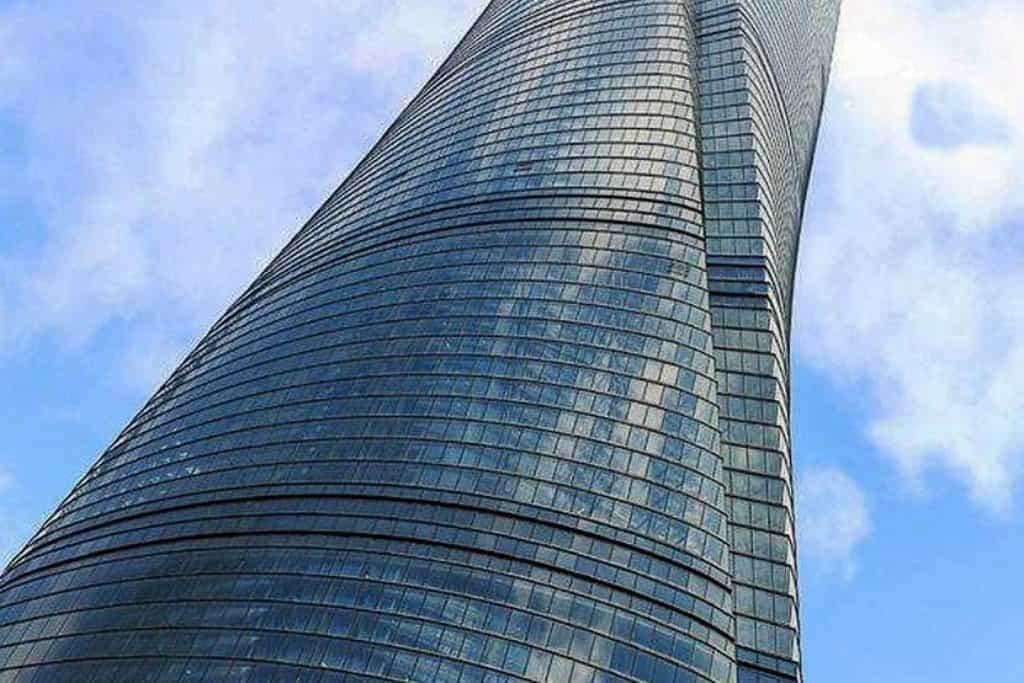 Shanghai Tower, druhá nejvyšší budova světa (632 metrů), ve svých útrobách skrývá nejrychlejší výtah na světě.