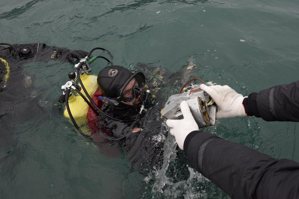 Potápěč vylovil úlomek zříceného letounu Tu-154, které spadlo v neděli do Černého moře