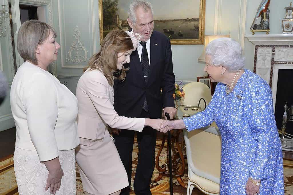 Dcera Miloše Zemana Kateřina se zdraví s britskou královnou Alžbětou II.