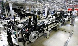Továrna na osobní automobily Škoda. Na snímku kompletování karosérií, interiérů a podvozků