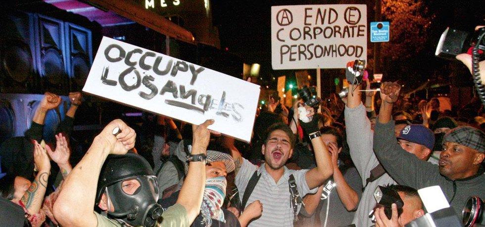 Demonstranti proti sociální nerovnosti z hnutí Okupujte Wall Street se v Los Angeles střetli s policisty v ulicích poblíž radnice.