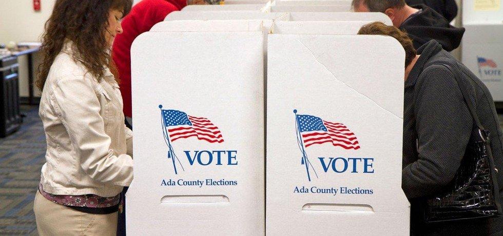 USA obvinily 13 Rusů a tři subjekty z vměšování do voleb