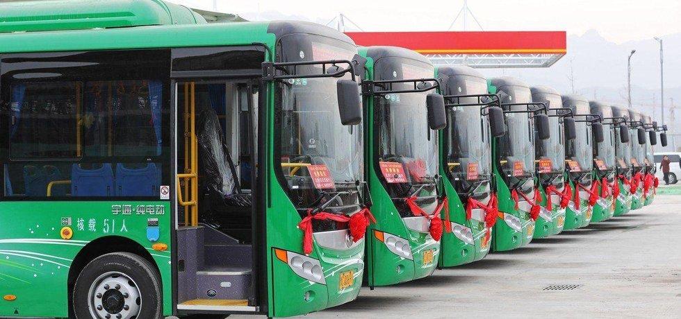 Flotila autobusů s elektrickým pohonem, která šla do provozu v prosinci 2017 v čínském městě Luoyan.