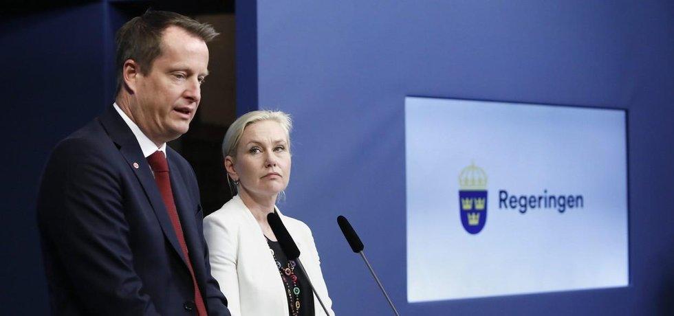 Odstupující ministr vnitra Anders Ygeman a ministryně infrastruktury Anna Johanssonová