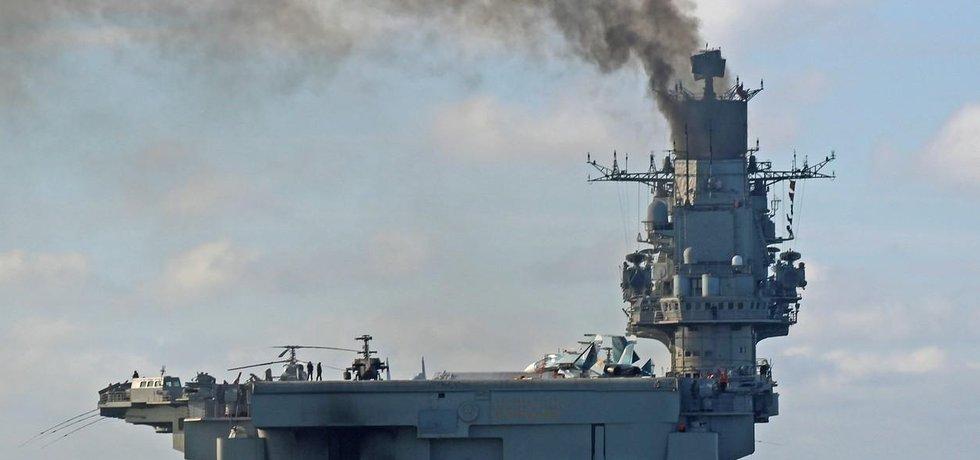 Letadlový křižník Ruské federace Admirál Kuzněcov vypouštěl k obloze nad kanálem La Manche oblaka hustého kouře. Navzdory atomovému věku jej totiž pohání dieselové motory.
