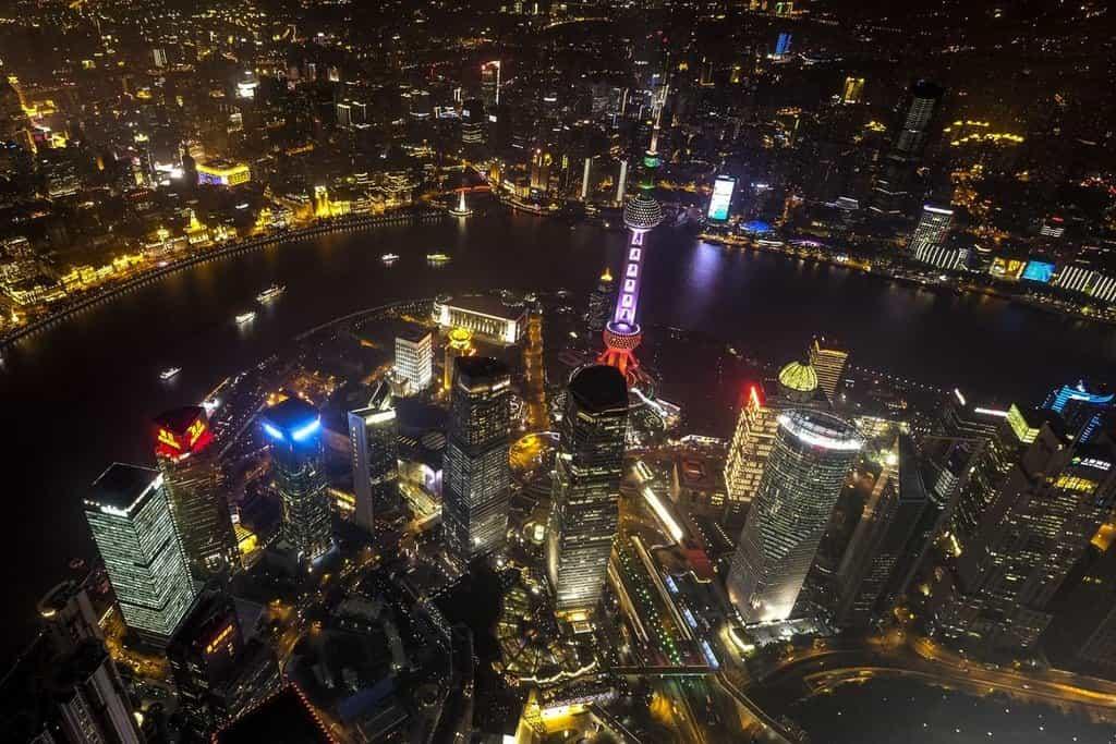 Noční Šanghaj z nejvyššího patra budovy Shanghai Tower