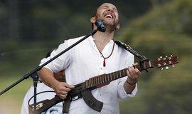 Kolumbijský hudebník Cesar Lopez při oslavě odzrojení FARC