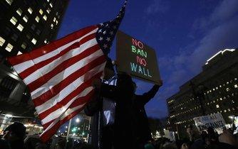Protesty odpůrců Trumpova imigračního opatření