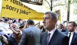 Andrej Babiš před budovou ČRo při 50. výročí okupace