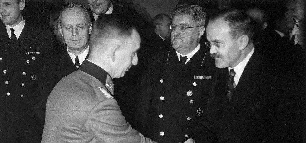 Ruský ministr zahraničí Vjačeslav Molotov našel se svým nacistickým protějškem rychle společnou řeč