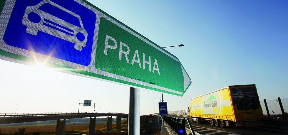 Obchvat, nájezd na dálnici, ilustrační foto