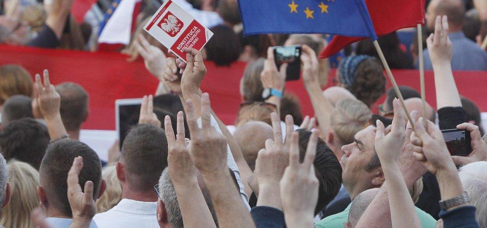 Proti novým zákonům v Polsku demonstrují tisíce lidí.