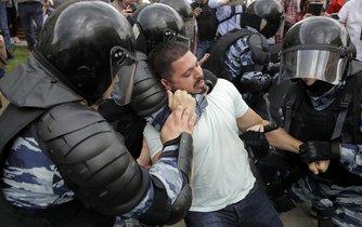 Policista se snaží zpacifikovat demonstranta na moskevské protestní akci pomocí škrcení