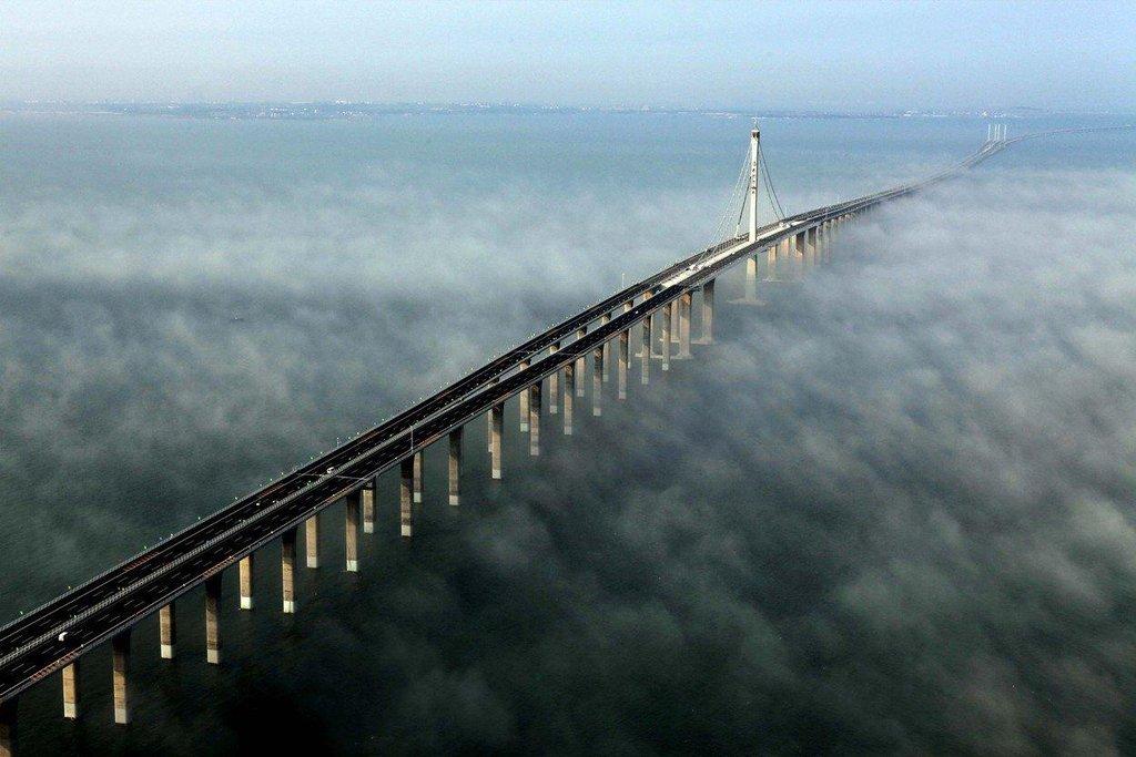 4. Jiaozhou Bay (Čína; 9,5 miliardy dolarů): Nejdelší most na světě, který je postavený kompletně nad vodou (26,7 kilometru). Zhotoven je z masivní konstrukce, která by měla odolat zemětřesení či tajfunu.