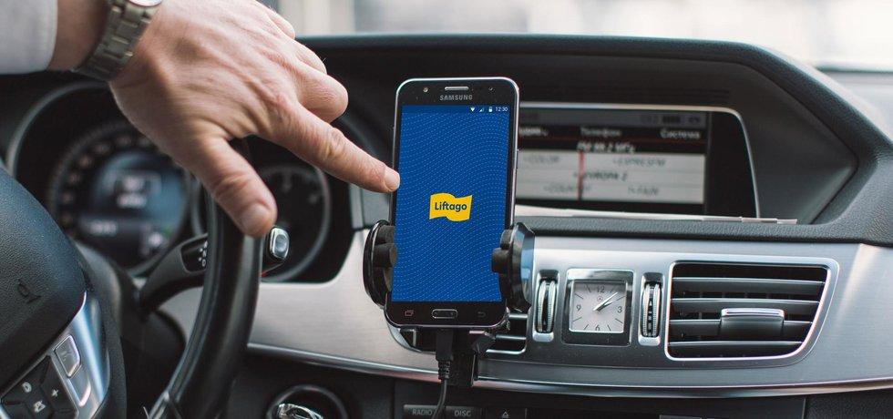 Aplikace Liftago v kabině řidiče, ilustrační foto