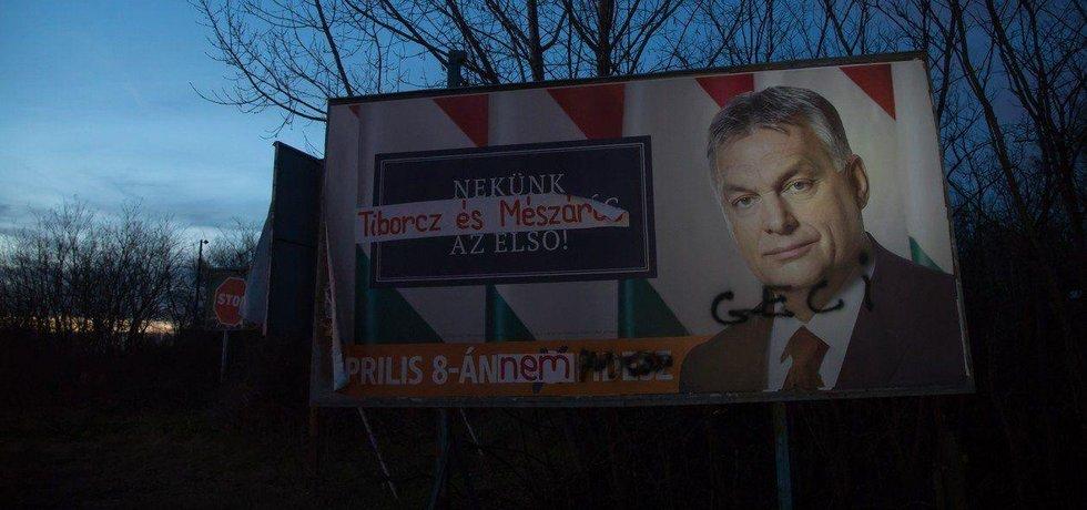 Místo Maďarska je na prvním místě Tiborcz a Mészáros. Přepsaný Orbánův volební plakát v roce 2018.