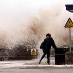 Bouře dorazila na pobřeží Velké Británie