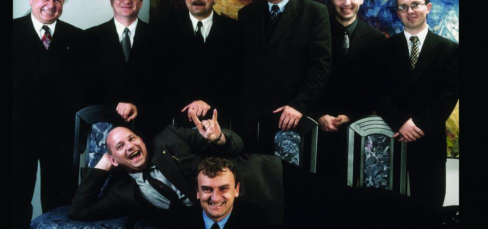 Staré dobré Časy. Předseda představenstva Mostecké uhelné společnosti a buddhista Antonín Koláček (dole uprostřed), již zesnulý Luboš Měkota (na židlích), Vasil Bobela  (první zprava), Petr Budil (druhý zprava), Petr Kolman (čtvrtý zprava)