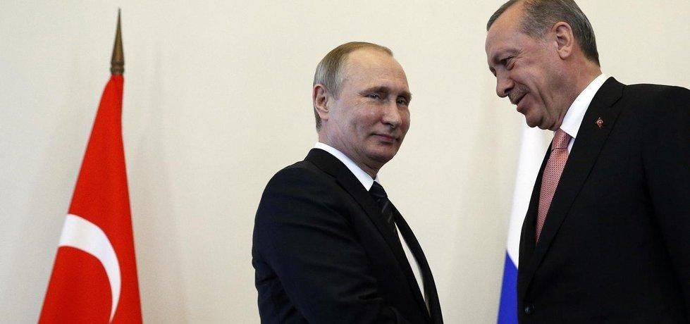 Ruský prezident Vladimir Putin (vlevo) na schůzce se svým tureckým protějškem Recepem Tayyipem Erdoganem (Zdroj: čtk)