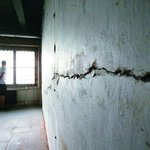 místech. Ve stěnách jsou praskliny naznačující, jak zdejší vítkovský svah dřív ujížděl