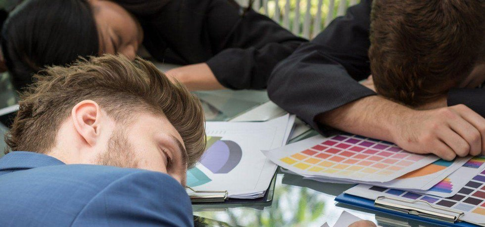 Spánek v práci, ilustrační foto
