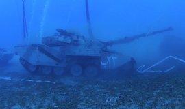 Místo lodí tanky. Jordánské město láká na potápění v nevšedním podmořském světě