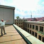 """""""Přestože stavba začala už v roce 1928, fasáda je dodnes originální a stačí ji pouze zrestaurovat,"""" chválí Aleš Knížek, ředitel muzea, prvorepublikové stavitele."""