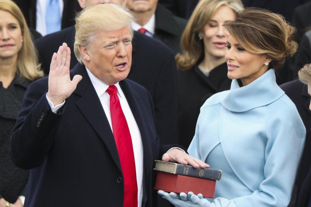 Donald Trump skládá prezidentský slib po boku své ženy Melanie