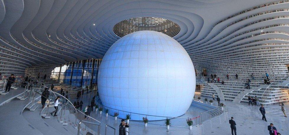 V čínském městě Tianjin byla otevřena nová knihovna, která se kromě enormního množství knih vyznačuje unikátním designem. Oválné police sahají od podlahy ke stropu