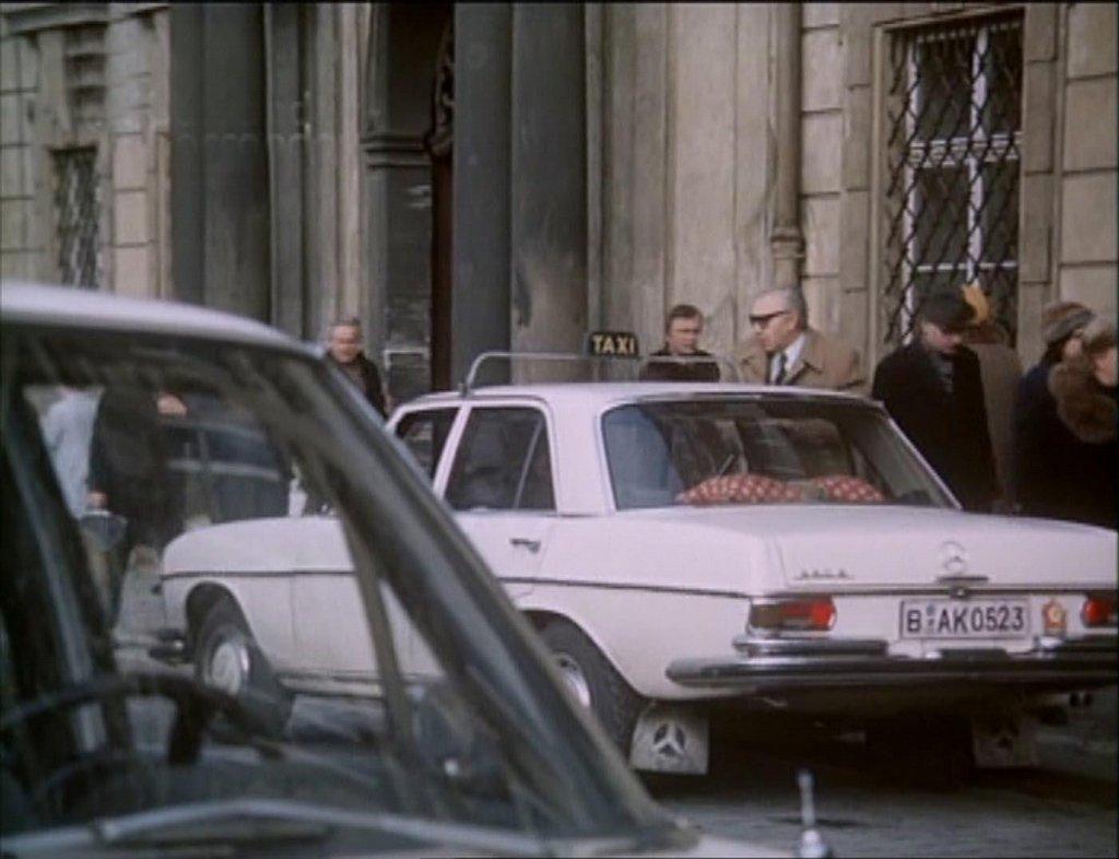 V Akci v Istanbulu, poněkud komické a nechtěně parodické napodobenině bondovek, se Mercedesy (MB 200) několikrát mihnou jako taxíky, nebo jako vozy ředitelů podvratných západních špionážních centrál