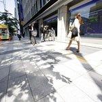 Japonci procházejí kolem monitorů ukazujících vývoj na tokijské burze. Ceny japonských akcií dnes dále klesaly.