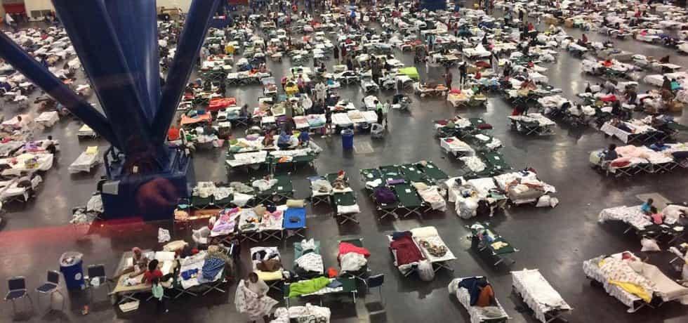 Evakuovaní obyvatelé ze zaplavených oblastí nocují v improvizovaných podmínkách