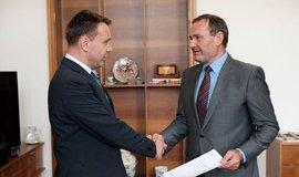Ministr dopravy Vladimír Kremlík (vlevo) jmenoval nového ředitele ŘSD Pavola Kováčika (vpravo)