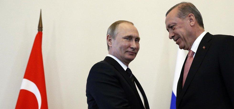 Ruský prezident Vladimir Putin (vlevo) na schůzce se svým tureckým protějškem Recepem Tayyipem Erdoganem