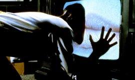 Záběr ze snímku Videodrome z roku 1983, který pojednává o zhoubné přitažlivosti médií.
