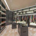 Prostorná šatna ve vile v Dubaji za 704 milionů korun.