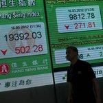 Vývoj kurzů zaujal i muže procházejícího kolem jedné z bank v Hongkongu.