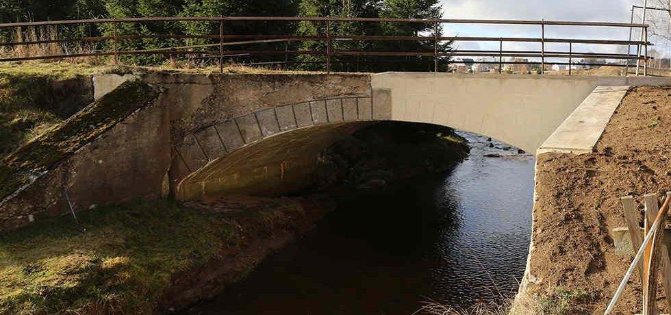 Z poloviny opravený mostek přes potok Černá v Krušných horách na hranicích mezi Českou republikou a Německem